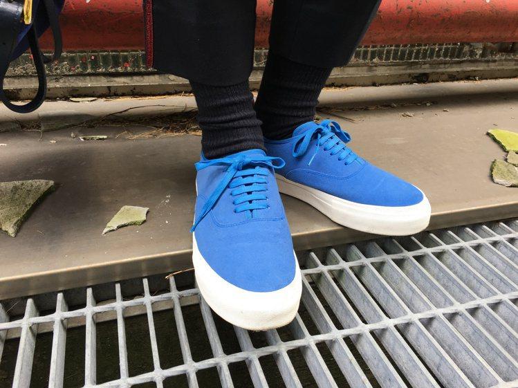 休閒束口長褲適合搭配簡單的帆布鞋款,營造輕鬆質感。圖/plain-me提供