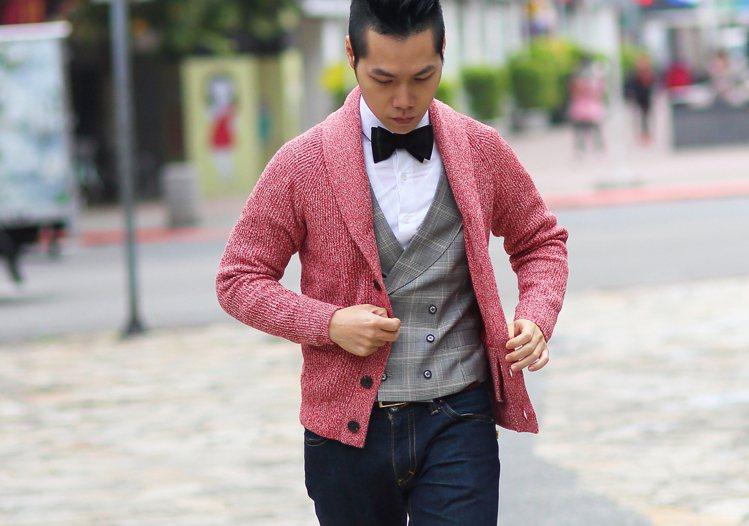 紅色針織衫不會太搶眼,既有斯文感又符合過年氣氛。圖/TSFM提供