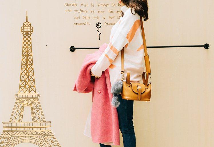 Meli Melo褐色包包及灰色毛毛吊飾、Lafeta石英粉大衣,是Brenda...