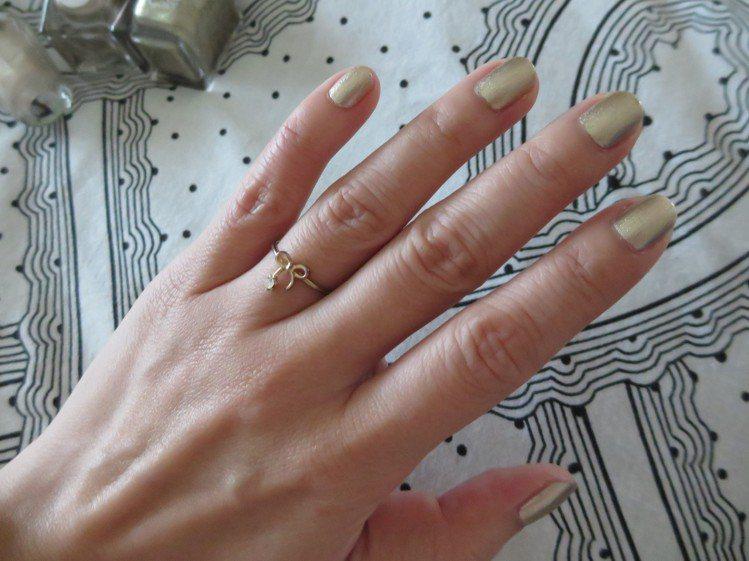 米白金及玫瑰金指甲油,搭配不誇張的金色戒指,顯出優雅貴氣。圖/觀玲提供
