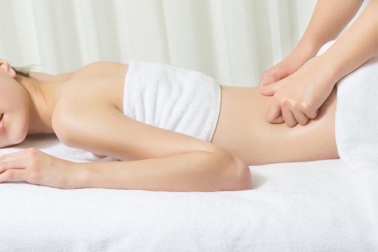 克蘭詩拳頭滾動按摩手法,針對側腰易囤積脂肪的部位。圖/克蘭詩提供