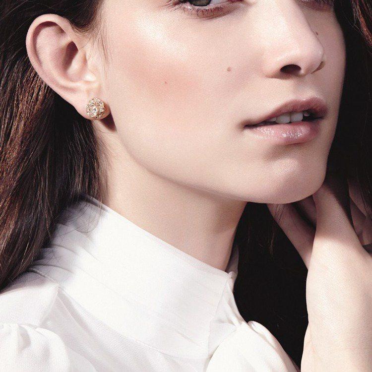 模特兒配戴Piaget Rose 耳環,18K玫瑰金。圖/伯爵提供