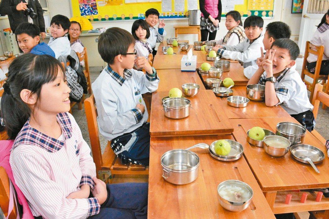 彰化縣政府今年2月起取消全額補助國中、小學生免費午餐,將省下的午餐費,仿照頂尖大...