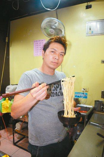 老闆廖宥鈜的傻瓜乾麵有古早味,他雖是外地人,卻覺得住在基隆很幸福。 記者游明煌/...