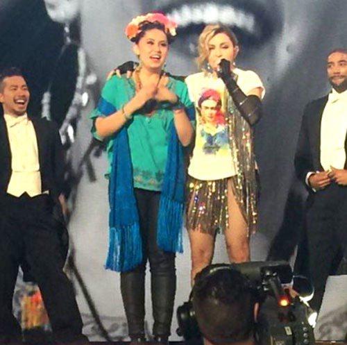 瑪丹娜的偶像是Frida Kahlo,歌迷刻意扮成她,如願被天后抓上台。圖/擷自...