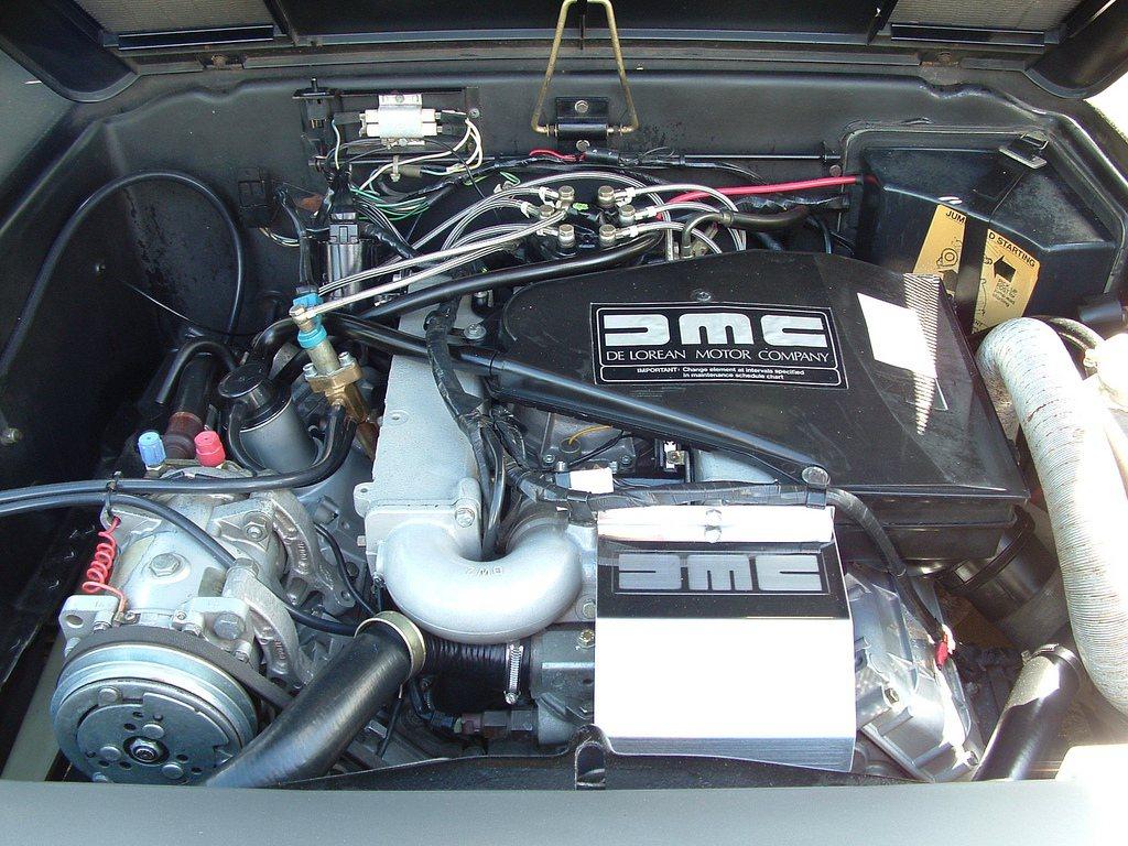 這部擁有上掀式車門的DMC-12跑車,當時原廠搭載2.85升V6自然進氣汽油引擎,最大馬力僅有130hp。 摘自deloreaninfo.com