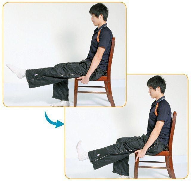 踢腳拉筋。 圖/摘自晨星出版《關節使用手冊:人體關節的使用與保養【圖解版】》