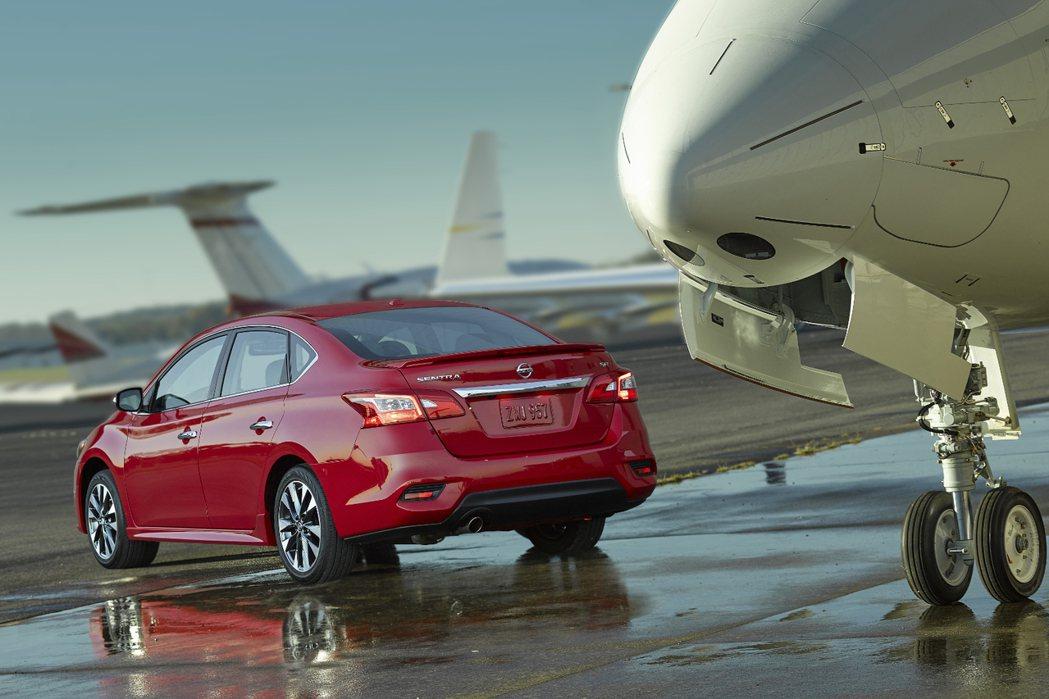 頂級版車尾具備LED尾燈組,而售價部分入門版定價為16780美元起。 摘自Nissan.com