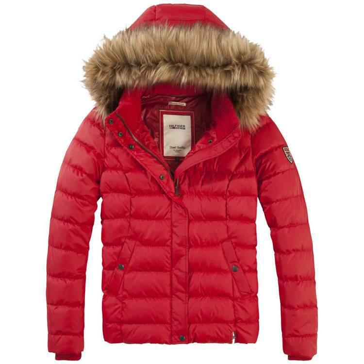 女款紅色連帽羽絨外套,售價8,380元。圖/Tommy Hilfiger提供