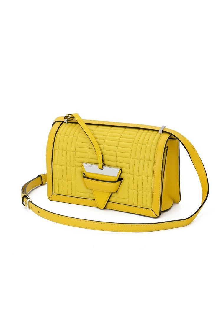 Barcelona 納帕革絎縫黃色肩背包11萬1,000元。圖/LOEWE提供