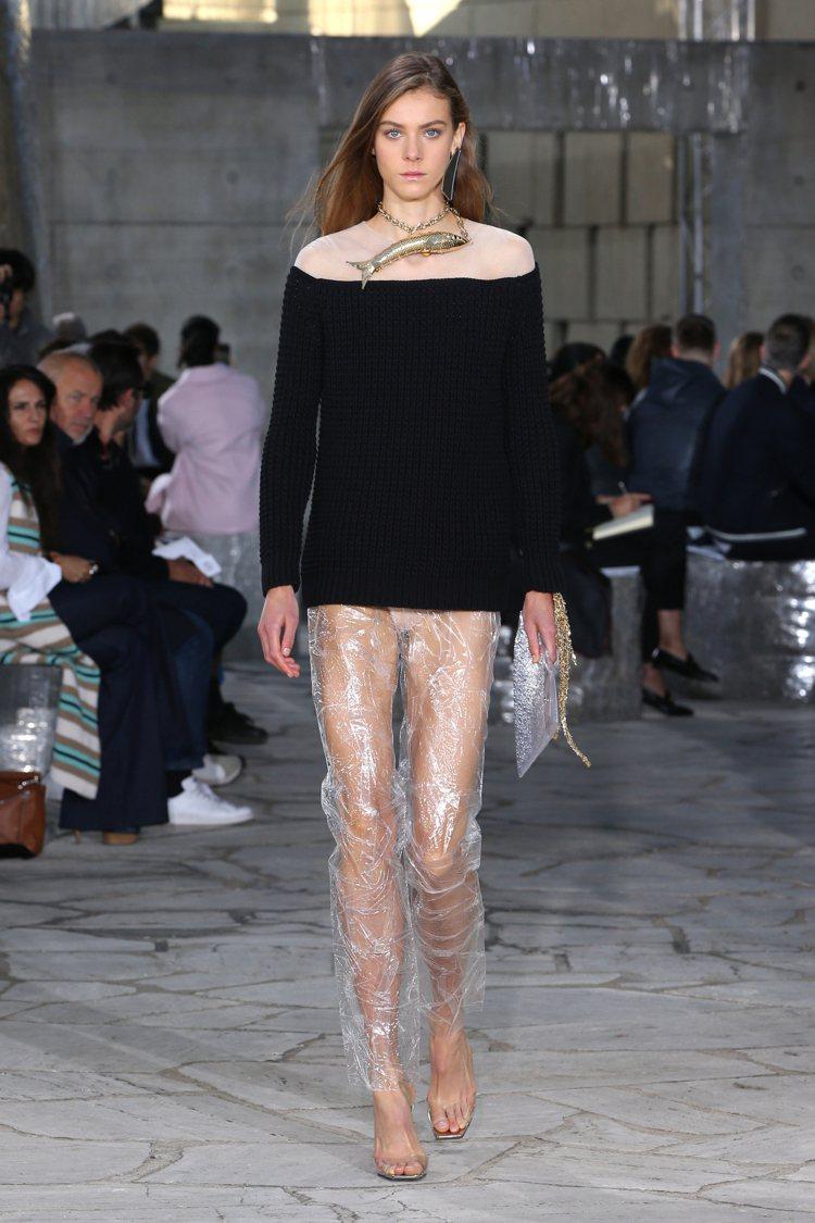 針織結合尼龍纖維,搭配透視PVC材質褲裝,闡述光影變化的趣味。圖/LOEWE提供