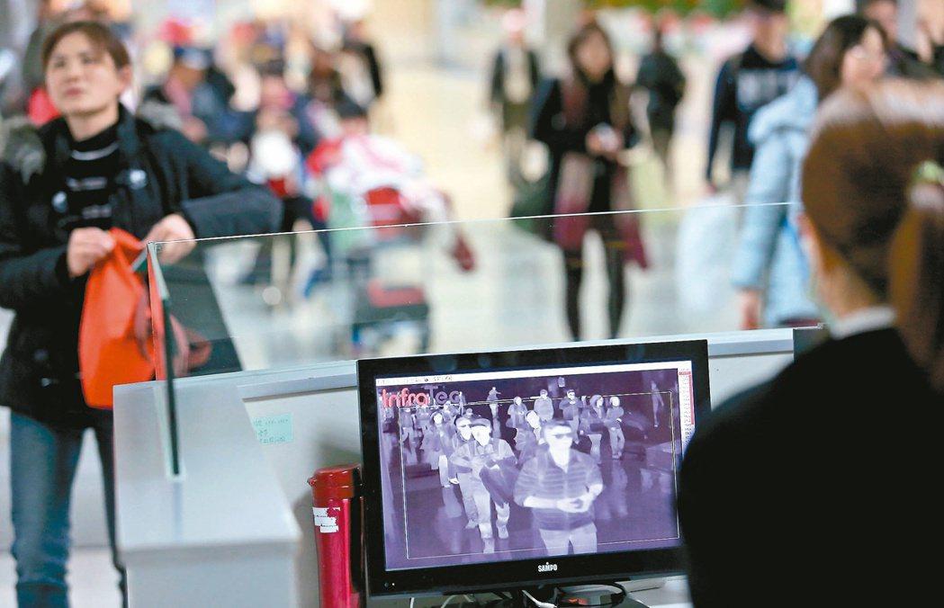 防茲卡病毒入境,檢疫人員在桃園機場檢測入境旅客。 記者陳嘉寧/攝影