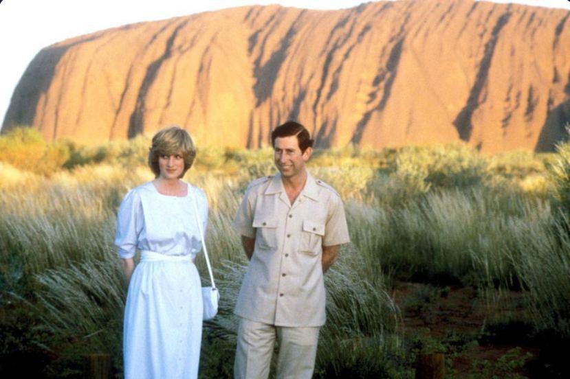 1983年訪問澳洲,在「烏盧魯」(艾爾斯岩)前合影的查爾斯王子與戴安娜王妃。 圖...