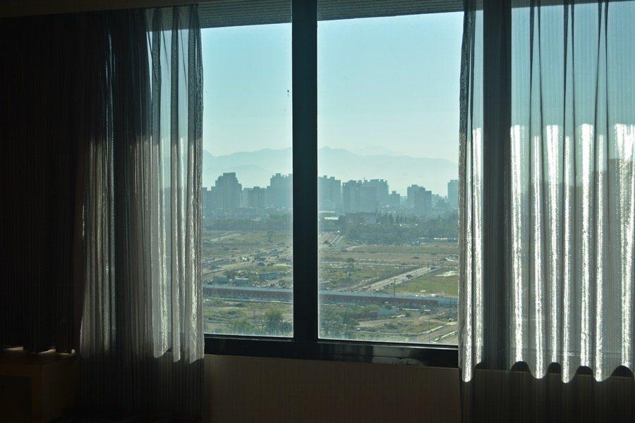 兆品酒店客房窗外可以眺望大坑與新社的山景。