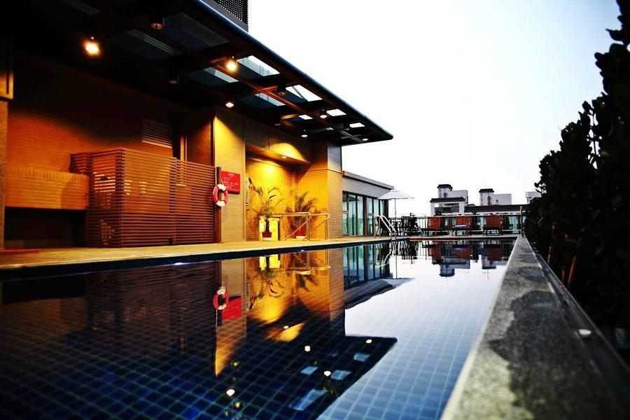 台中兆品的休閒機能和設施十分豐富,頂樓有雙水道泳池。