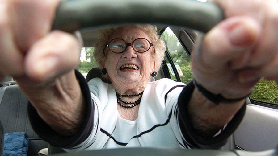 遇上慢速駕駛盡量繞過去,不要亂逼車。 摘自theodysseyonline.com