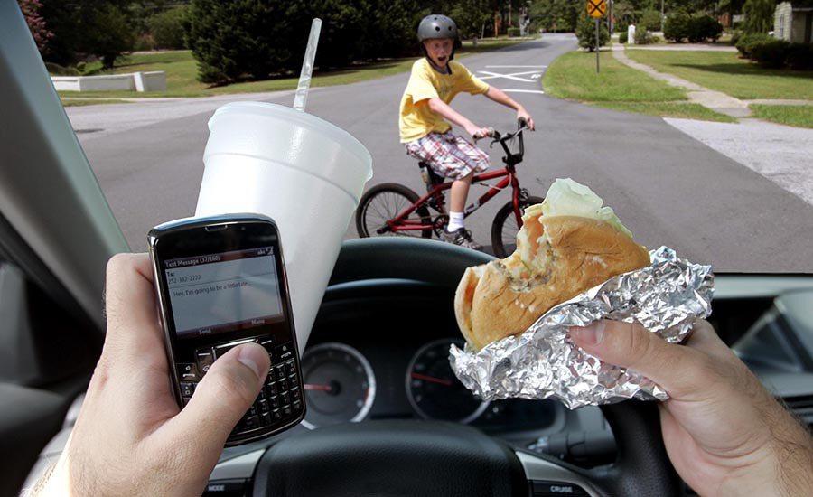 低頭族駕駛又愛吃東西的話,還是別上路比較好。 摘自dailytech.com