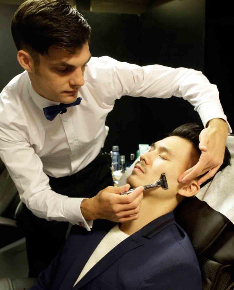 英倫修容達人Daniel示範男人正確刮鬍法。圖/碧兒泉提供