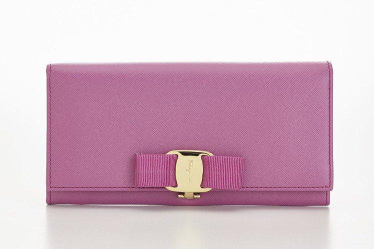 桃紅蝴蝶結長夾,21,500元。圖/Ferragamo提供