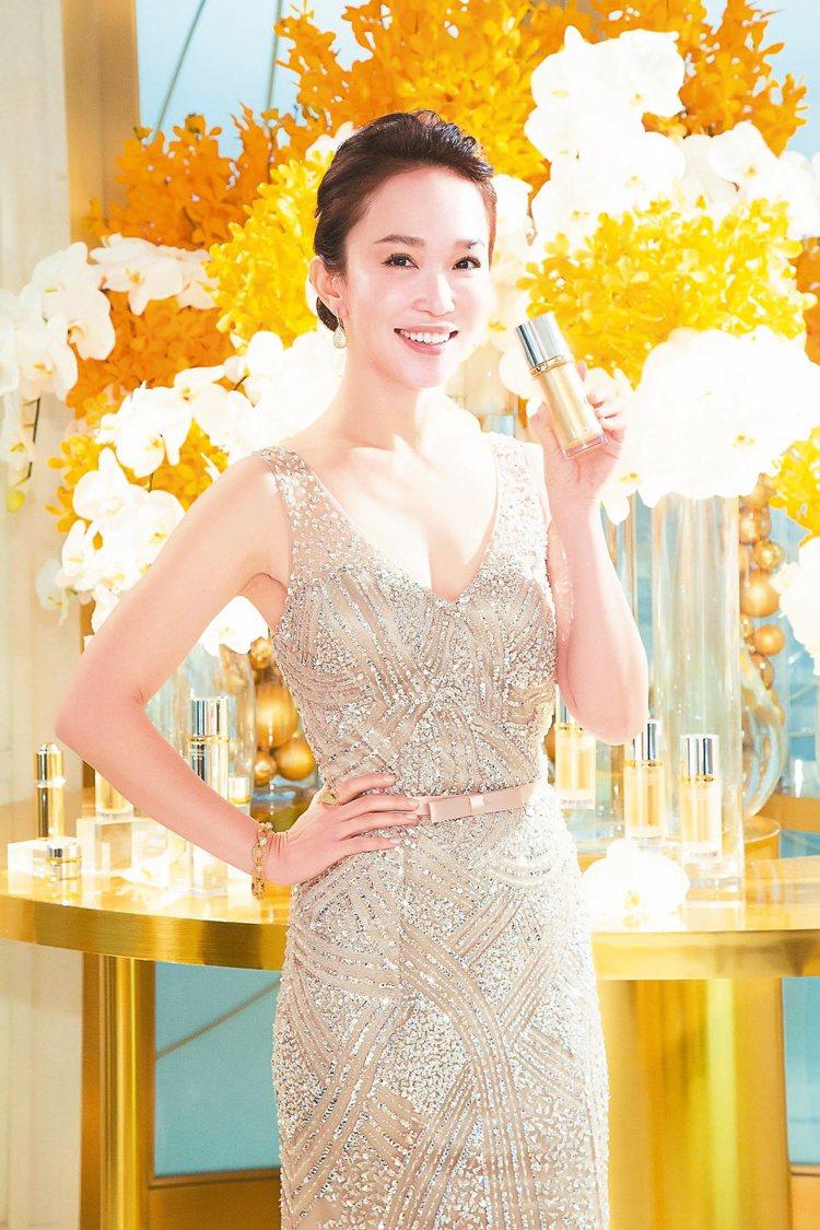 范文芳愛用含24K純金保養品,今年44歲的她,肌膚宛如現代版小龍女般,完美凍齡。...