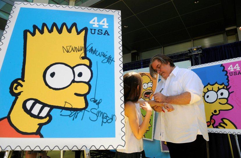 在幫粉絲簽名的《辛普森家庭》製作人馬特格朗寧。 圖/路透社