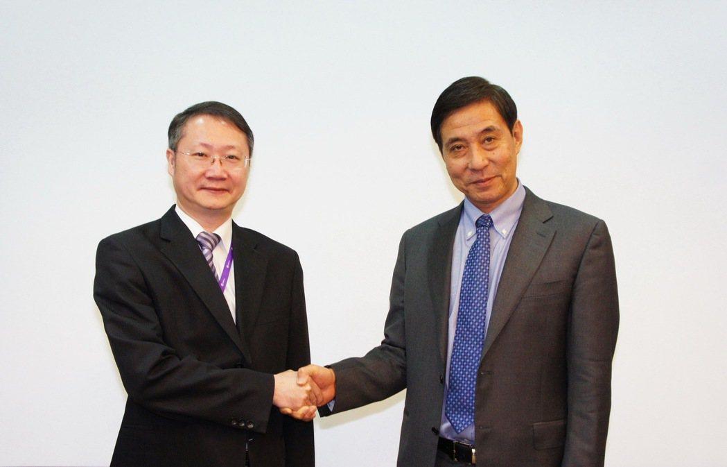 華上生技醫藥總經理陳嘉南博士(左)與微芯生物研發副總裁寧志強博士在3日舉行的「第...
