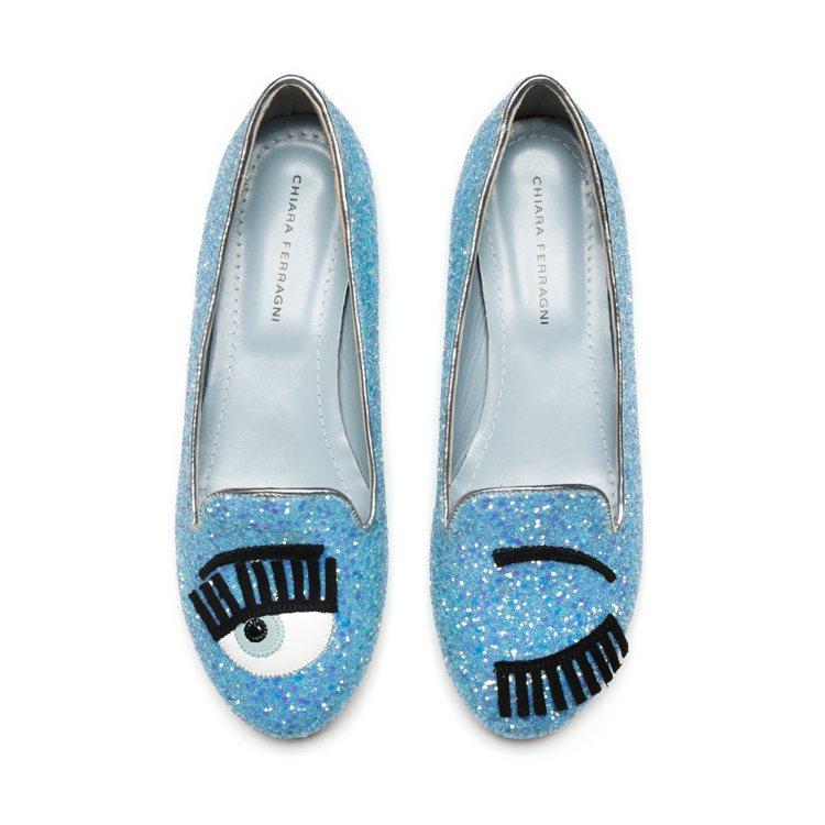 天空藍亮片滾銀邊樂福鞋,售價10,200元。圖/CHIARA FERRAGNI提...