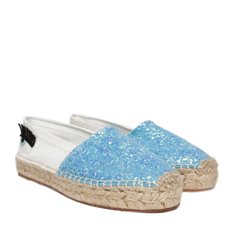 藍白雙色拼接亮片草編鞋,售價11,800元。圖/CHIARA FERRAGNI提...