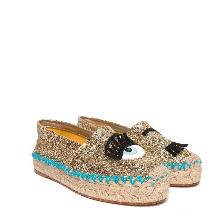 古銅金亮片滾藍邊草編鞋,售價11,800元。圖/CHIARA FERRAGNI提...