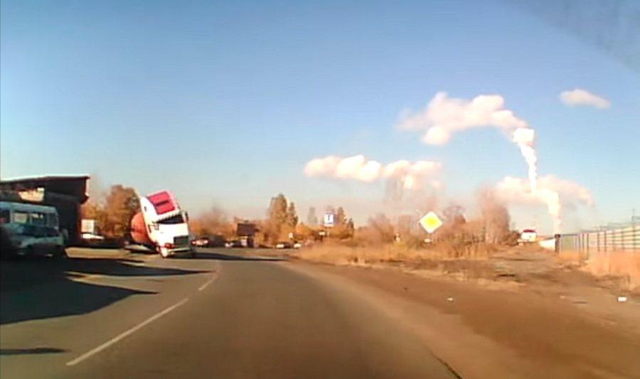 一部行車紀錄器影片錄下卡車翻車的驚險過程。 截自ColdDry影片