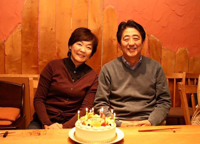 2015年與夫人安倍昭惠一同慶祝自己61歲生日的安倍晉三。由於安倍夫妻不孕、膝下...