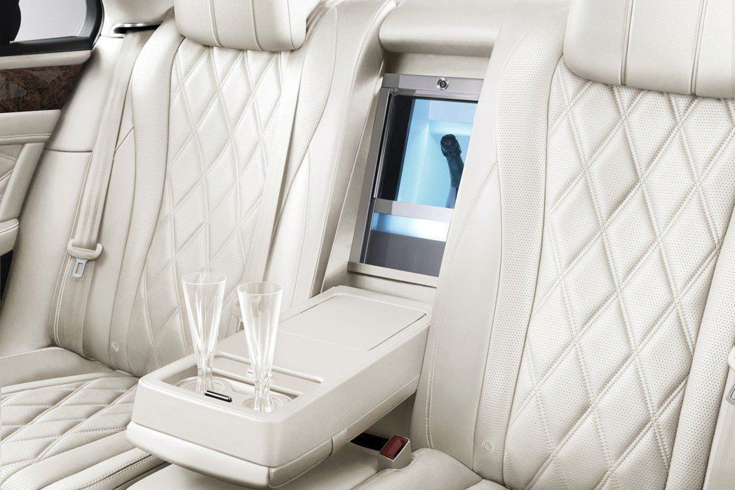 原廠於後座中央扶手設置車用冰箱,讓後座買家可冷藏香檳等飲料。 摘自Bentley.com