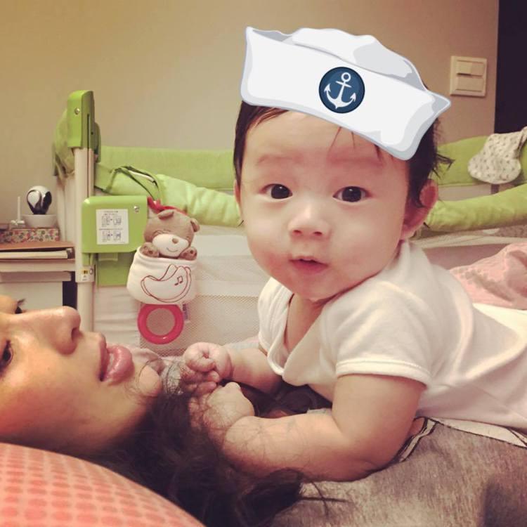 隋棠幫兒子戴上海軍帽,流口水模樣卡哇伊。圖/摘自隋棠臉書
