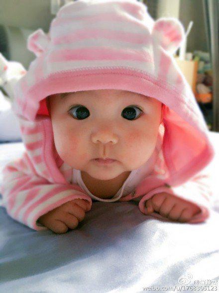 賈靜雯女兒咘咘大圓眼、櫻桃小嘴,模樣可愛到爆。圖/摘自賈靜雯微博