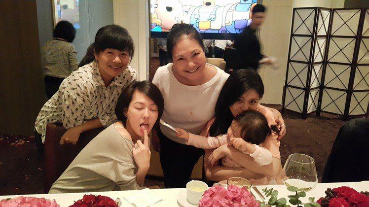徐媽(右三)和徐家3姊妹跟大S的女兒小玥兒三代同堂開心合照。圖/小S臉書