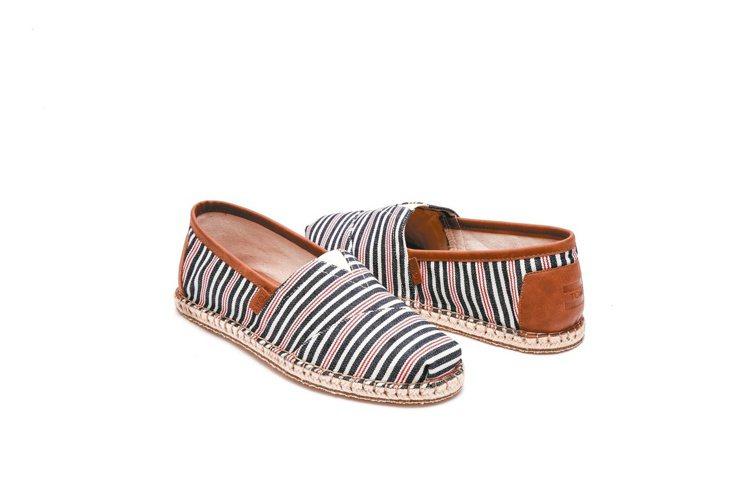 TOMS草編情人鞋,情侶同心又可做愛心,讓愛無限擴大。 圖/TOMS提供