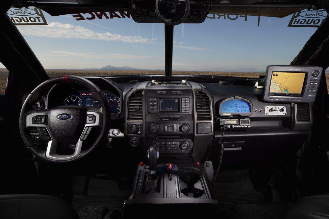 中控台上搭載RacePak數位顯示儀錶組、GPS衛星導航等裝備。 摘自Ford.com
