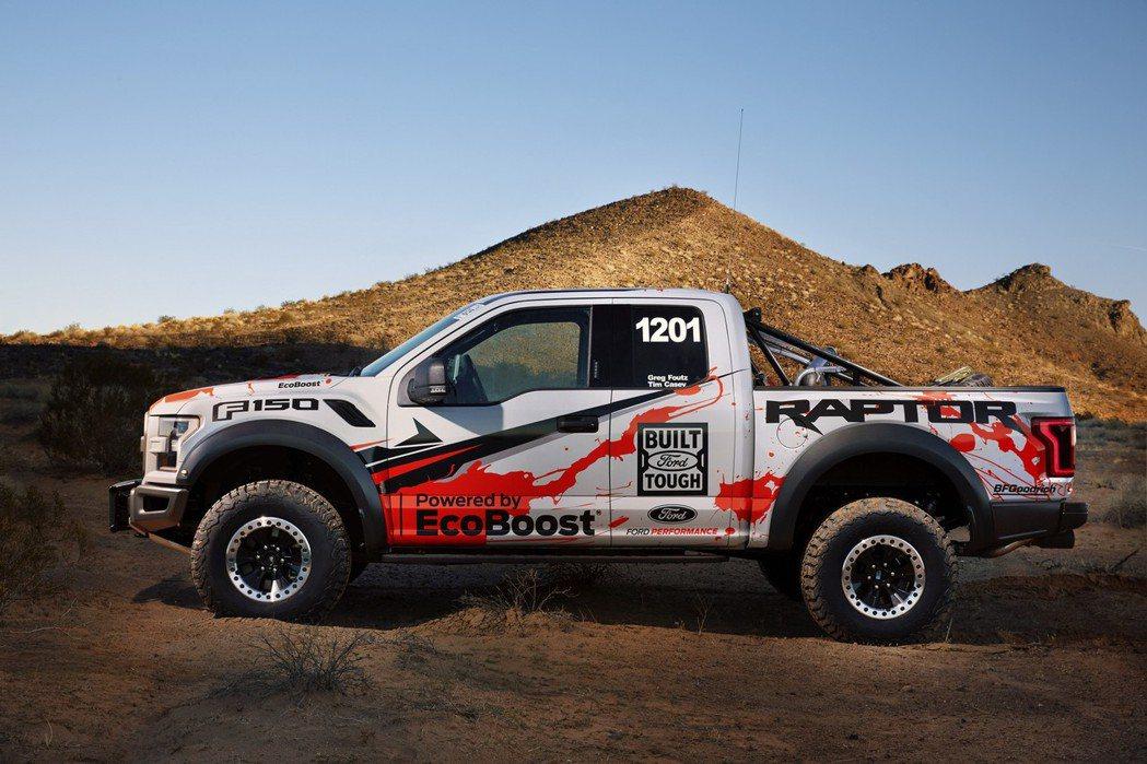 為了應付比賽時的嚴峻地形,原廠特別增加底盤高度,並搭載全新Fox Racing Shox懸吊系統。 摘自Ford.com