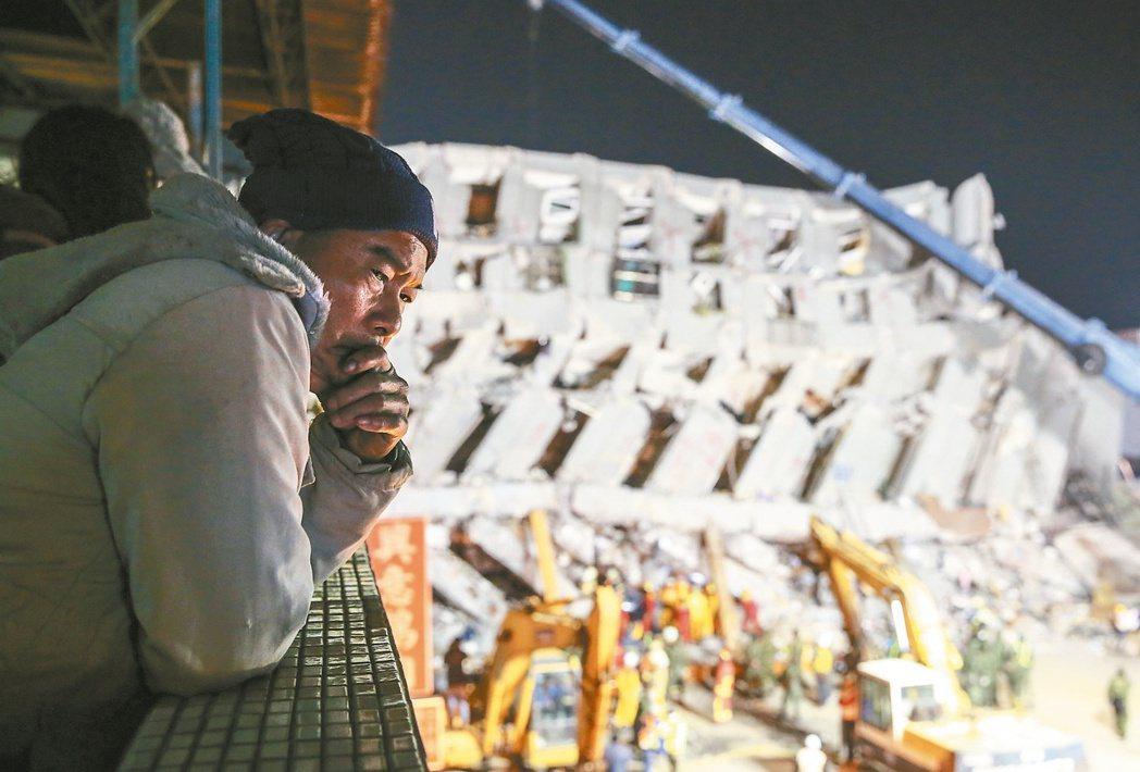 206南台大震造成維冠金龍大樓倒塌,突顯土壤液化和建築師借牌的嚴肅問題。 記者鄭...