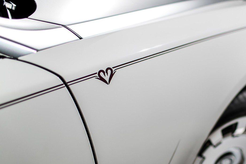 車側也貼上象徵永恆的手繪天鵝貼圖,彰顯其非凡意義。 摘自Rolls Royce