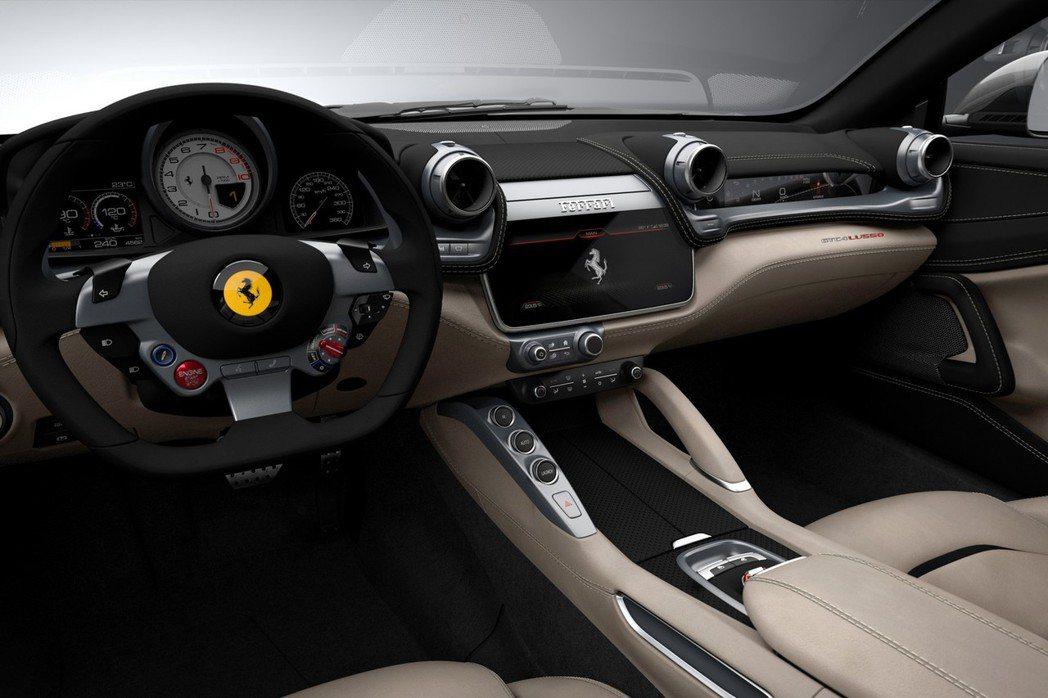 內裝GTC4Lusso除了新增10.25吋多媒體液晶顯示幕外,副駕駛座也配置一組數位儀錶顯示幕。 摘自Ferrari.com