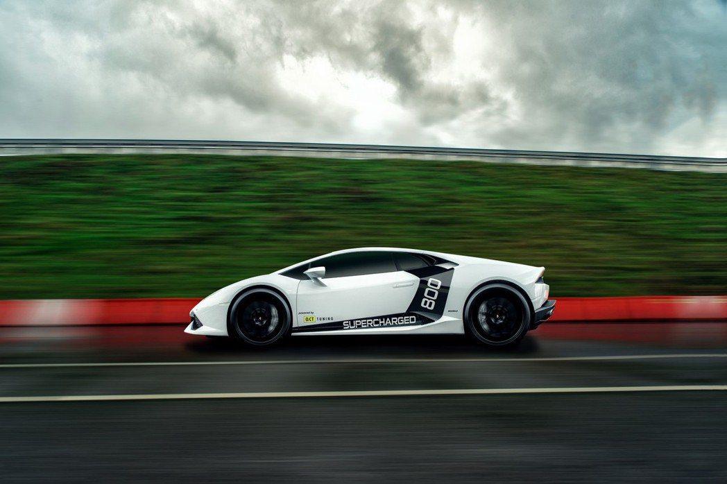 O.CT Tuning於引擎蓋及車身貼上黑色彩貼與Supercharged 800字樣貼圖,象徵該車不凡地位。 摘自O.CT TUNING