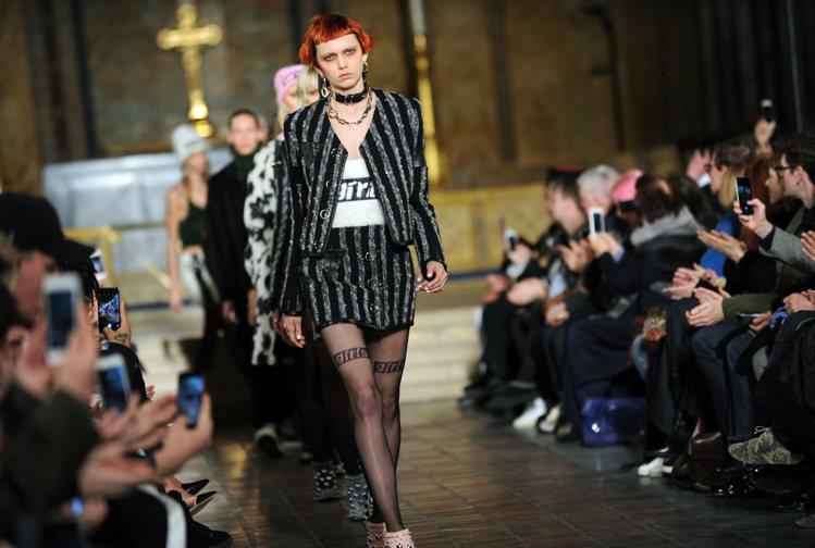 王大仁(Alexander Wang)將伸展台打造成教堂,凸顯龐克女孩的叛逆時尚...