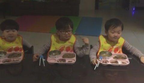 宋一國的可愛三胞胎「大韓、民國、萬歲」自從退出實境節目「我的超人爸爸」後,最近宋一國也玩起instagram,與大家分享三胞胎可愛的模樣。宋一國的instagram首篇PO文就送上會動的三胞胎,只見...
