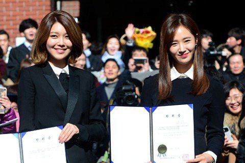 朴信惠、少女時代的成員秀英和Yuri出席了在首爾中央大學舉行的畢業典禮。