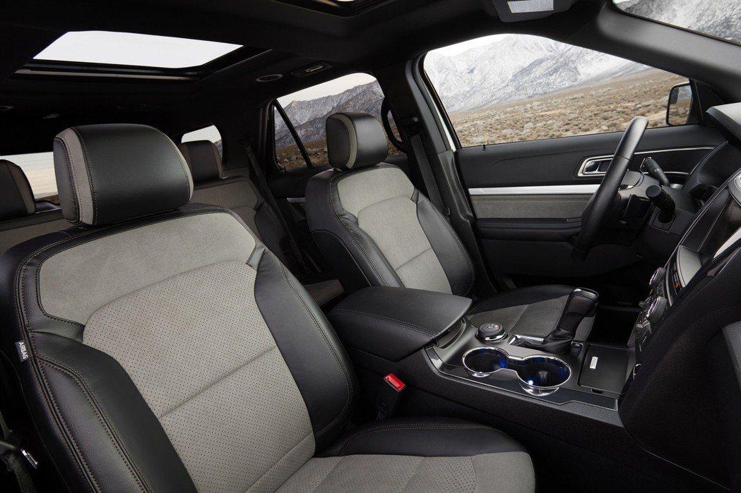 座艙廠採用高檔的皮質包覆,並以灰黑色及淺灰色麂皮混搭。 摘自Ford.com