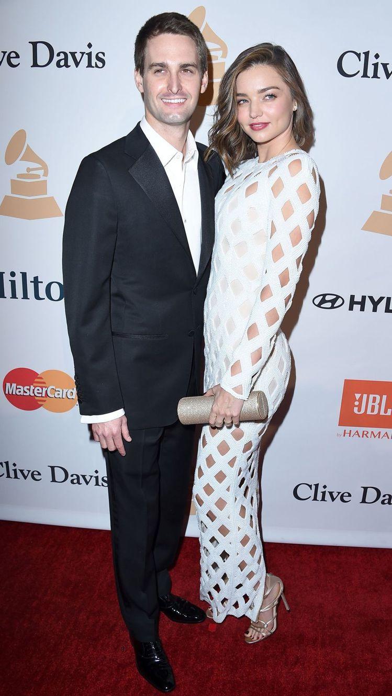 性感甜心米蘭達柯爾現身克萊夫戴維斯葛萊美獎晚宴,帶著 Evan Spiegel ...