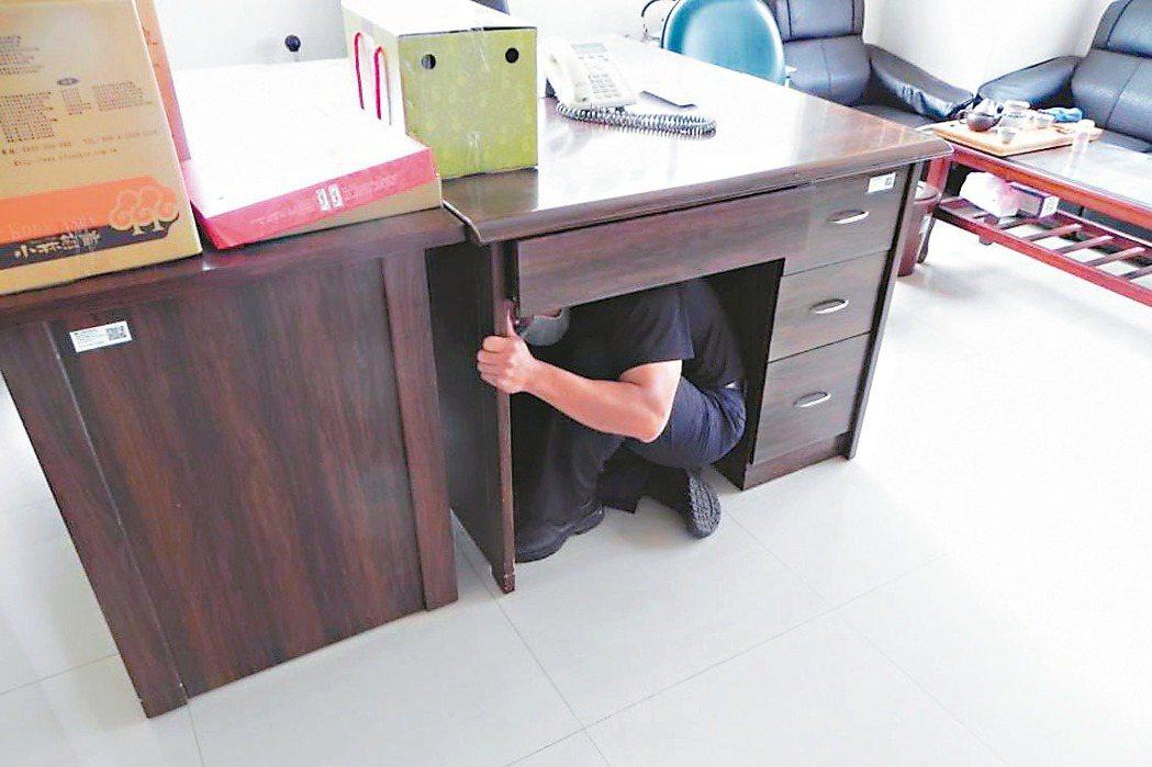 坊間流傳地震時躲在「黃金三角點」可保命,台中市消防局強調並非如此,躲在桌子底下都...