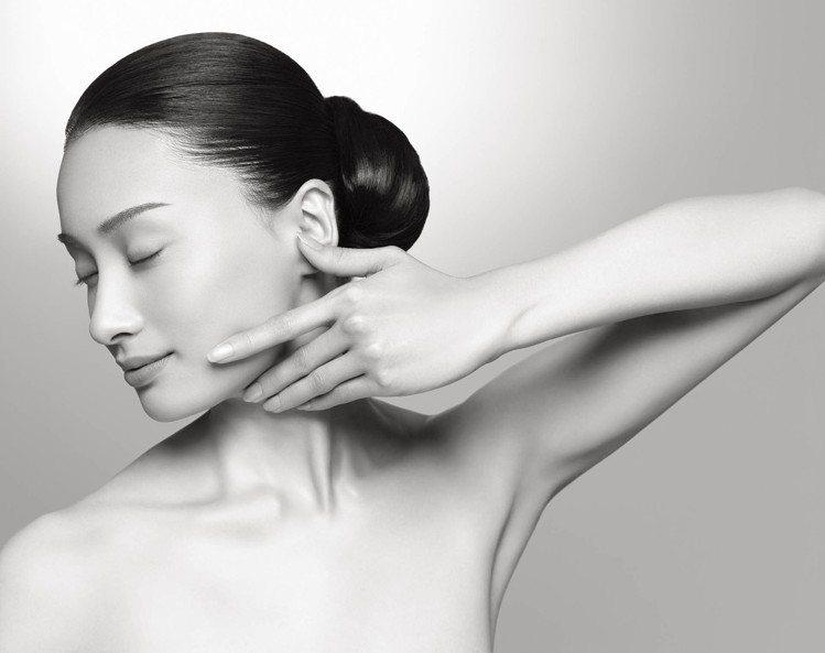 季節乍暖還寒之際,滋潤型的化妝水為女性保養第一步注入柔嫩與保濕。圖/SUQQU提...
