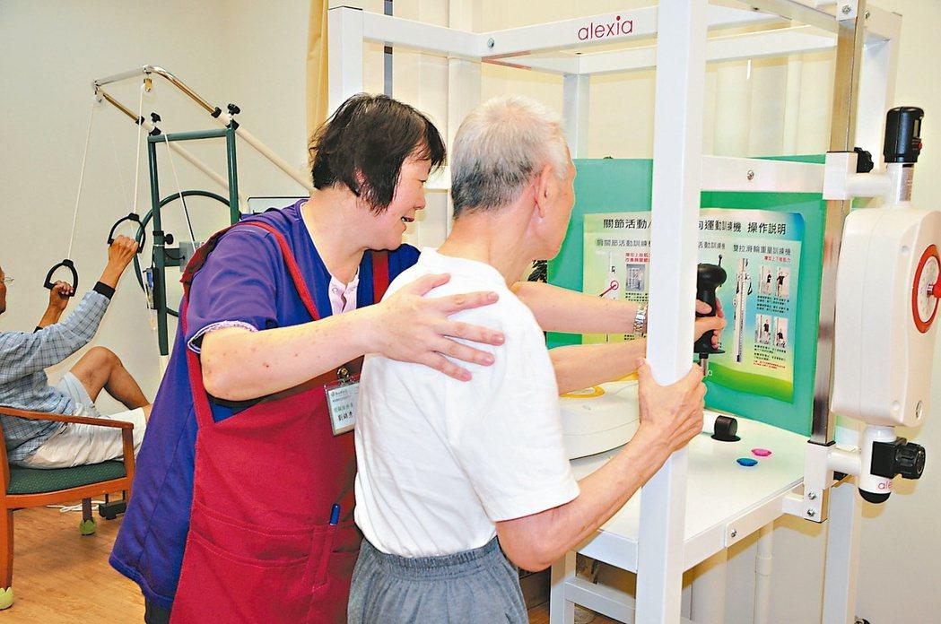 新莊頭前公共托老中心提供專業物理治療、復健的訓練。 新北市社會局/提供